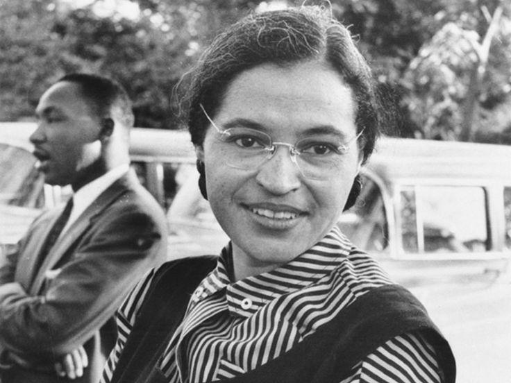 Rosa Parks, con Martin Luther King detrás. Rosa Parks se sentó en el autobús… hace 60 años  El gesto que cambió la Historia de los EEUU.