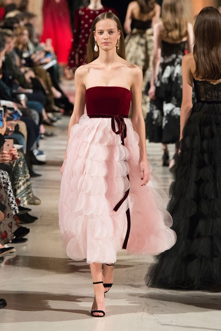 Oscar de la Renta Fall 2018 Ready to Wear | Burgundy and blush pink strapless midi with a velvet bow. Such a fun modern update on a classic silhouette!