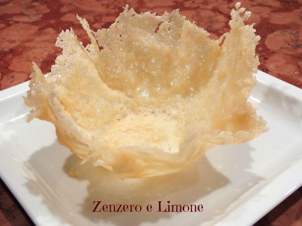 Le cialde di parmigiano sono dei cestini che possono essere riempiti con gli ingredienti più svariati e che rendono raffinato anche il piatto più semplice