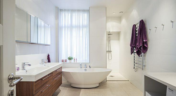 Gardin badrum med badkar vid fönster