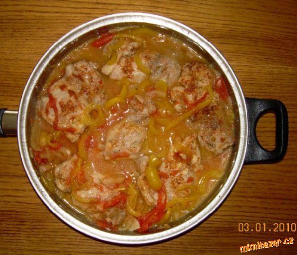 KUŘECÍ PLÁTKY NA ZELENINĚ 1balení Kuřecí prsa, sůl, pepř, plnotučná hořčice, 1.malinká feferonka ( nemusí být ), 2 stroužky česneku, 1.rajče, 1.paprika, olej slunečnicový , masox ( nemusí být ) Orestujeme cibuli, na to dáme naklepané kuřecí maso,osolíme,opepříme a dáme hořčici.Restujeme dáme feferonku, česnek rajče, papriku. Podlijeme vodou přidáme masox. Pokud máte radši křupavější papriku dejte ji tam až těsně před dokončením. Přikrejem poklicí.PŘÍLOHA : Hranolky, Brambory,KAŠE , Rýže