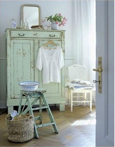 Armoire ancienne couleur vert d 39 eau dans chambre bleu ciel - Chambre couleur vert d eau ...