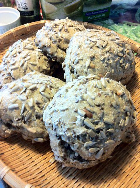 Jeg har ikke tal på hvor mange gange, jeg har vist billeder - eller omtalt - de gode boller, vi får til morgenmad hver dag! Vi bager ca. hve...