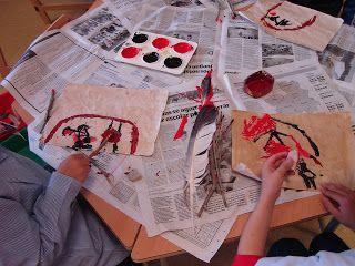 Pinturas rupestres con elementos naturales y artificiales