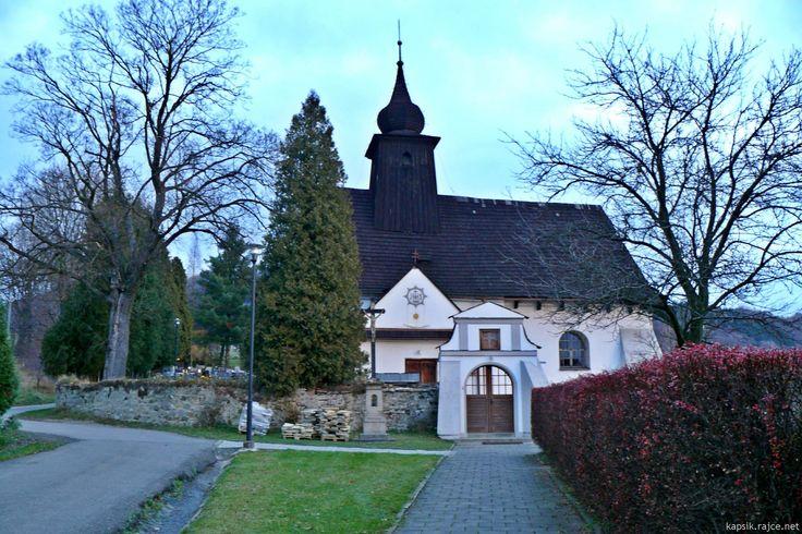 Rybí u Štramberka, kostel Nalezení sv. Kříže, z 14. či 15. st., v 2. pol. 17. st. přestavěn - zůstaly jen holé zdi, dřev. dostavba. Mírně se zužující tělo věže, vertikální tendence - podobně je tomu i u vížky v Klášterci.