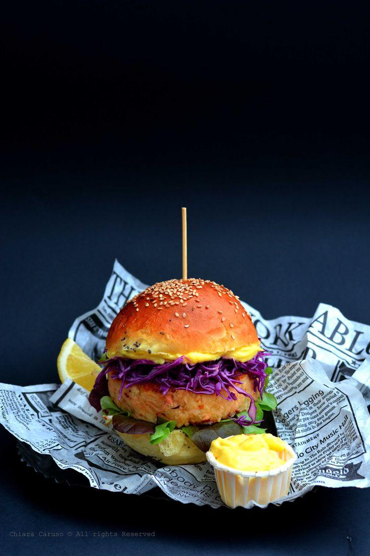 Avete mai provato un panino a 4 stelle? Se anche voicome me amate il pesce non potete perdervi questaricetta! Un gustosissimo fish burger che potrete realizzare interamente a casa per una cena sfiziosa con gli amici. Utilizzate questa ricetta come 'base' perottenere i vostrifish burger personalizzati: potete sostituire il salmone con del merluzzo o del baccalà e al posto dei gambero utilizzare della polpa di granchio, oppure per un panino gourmet delle capesante. Insomma scatenate...