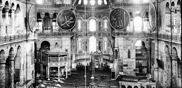 """Günümüz Ayasofya'sı İmparator Justinianos (527-565) tarafından dönemin iki önemli mimarı olan Miletos'lu (Milet) İsidoros ile Tralles'li (Aydın) Anthemios'a yaptırılmıştır. Tarihçi Prokopios'un aktardığına göre, 23 Şubat 532 yılında başlayan inşa, 5 yıl gibi kısa bir sürede tamamlanmış ve kilise 27 Aralık 537 yılında törenle ibadete açılmıştır. Kaynaklarda, Ayasofya'nın açılış günü İmparator Justinianos'un, mabedin içine girip, """"Tanrım bana böyle bir ibadet yeri yapabilme fırsatı sağladığın…"""