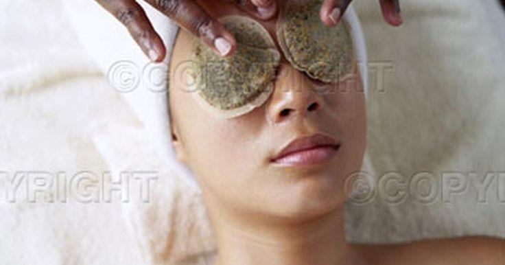 Cómo usar bolsas de té para ojos hinchados. Los ojos hinchados o abultados son causados cuando el fluido queda atrapado en el tejido de la parte inferior del ojo. Esto ocurre con más frecuencia en las mañanas, pero también puede ser un problema provocado por las alergias, por llorar o debido a una resaca. Cualquier astringente ayudará a reducir dicha inflamación. Un astringente es un ...