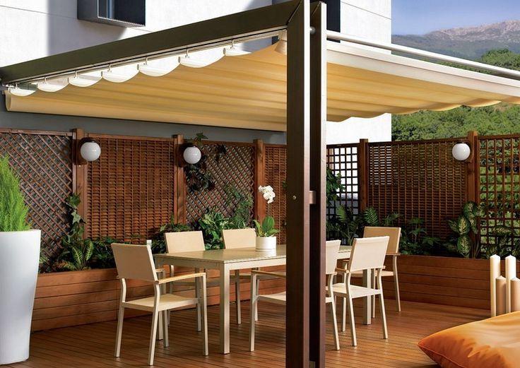 valla de madera para proteger la intimidad bajo la pérgola la terraza