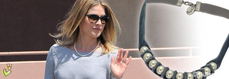 Die Schauspielerin Alison Elizabeth 'Ali' Larter trägt in Beverly Hills, Kalifornien, zu Ihrem Vintage-Look eine zeitlose Perlenkette. Wir haben die schlichte Perlenkette stilistisch etwas aufgepeppt und um einem Samtband ergänzt. © Image Bullspress