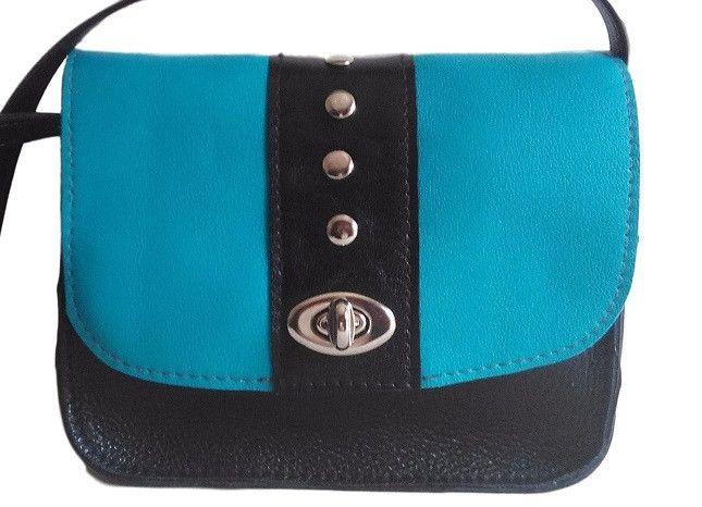 Bolso Bandolera Liz en color Negro y Azul con Tachuelas, Tamaño Mediano