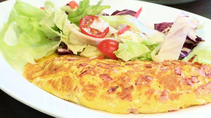 Av og til er det himla godt med ein god kvelds. Egg og skinke er noko dei fleste har i kjøleskåpet. Her får du få vite korleis du kan lage omeletten luftig og lett. Foto/redigering: Alf Vidar Snæland, NRK