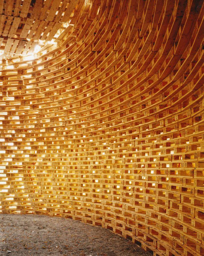 The ,, Pallet House'' by students of Prof. Matthias Loebermann is a temporary pavillon in 2005   Junkitechture