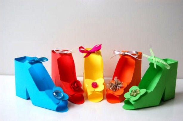 Moederdag! Leuke papieren schoentjes ! Gevuld met bonbons en leuk cadeautje !