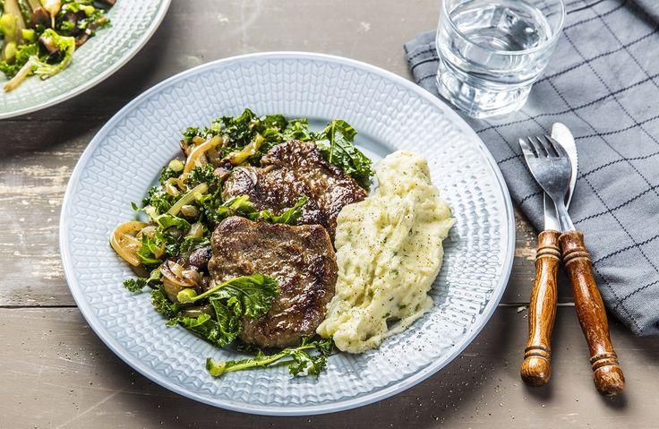Ta karbonademiddagen et steg videre - denne serverer du potetmos og stekt grønnkål med løk og aromasopp til.
