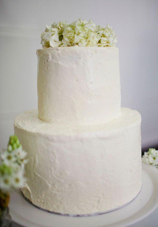 A DAISY FIELD WEDDING: JESS + EVAN #cake #flowers #white www.hellomay.com.au