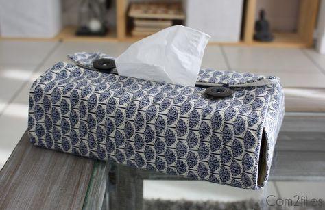 Voici une housse de boite à mouchoirs facile à réaliser avec deux jolis tissus et deux boutons. Une créa couture facile à faire !