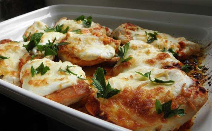 Überbackene Hähnchenbrust mit saurer Sahne und Käse aus dem Backofen. Mit Reis oder Kartoffeln servieren. Guten Appetit!