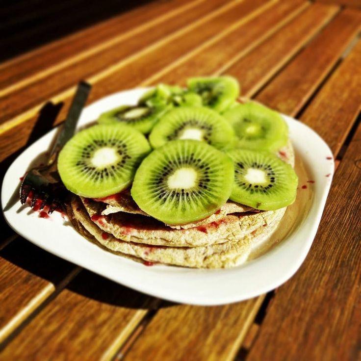 Buenos días! Que mejor manera de empezar la mañana que con este super desayuno healthy de @lauriserra ? Animaros a hacer el vuestro también!  #healthy #saludable #vidasaludable #healthylife #kiwi #pancakes #desayuno #desayunosaludable #breakfast #healthybreakfast