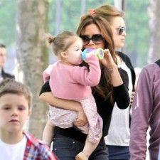 Victoria Beckham's dochter Harper drinkt uit een Monster Range Cup van Nûby | Babystuf