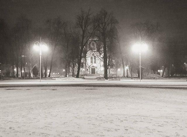 ☀ It is not the clear-sighted who rule the world. Great achievements are accomplished in a blessed, warm fog. - Joseph Conrad ☀ sometimes clarity can only be found in the thickest of fogs and the darkest of nights ☀ #noc #night #mojemiasto #mycity #czestokocham #czestochowa #polska #poland #mgła #fog #śnieg #snow #winter #zima #oldtown #blackandwhite #czarnobiałe #travel #instatravel #travelgram #natgeo #polskafotografia #picoftheday #photoofday #photography