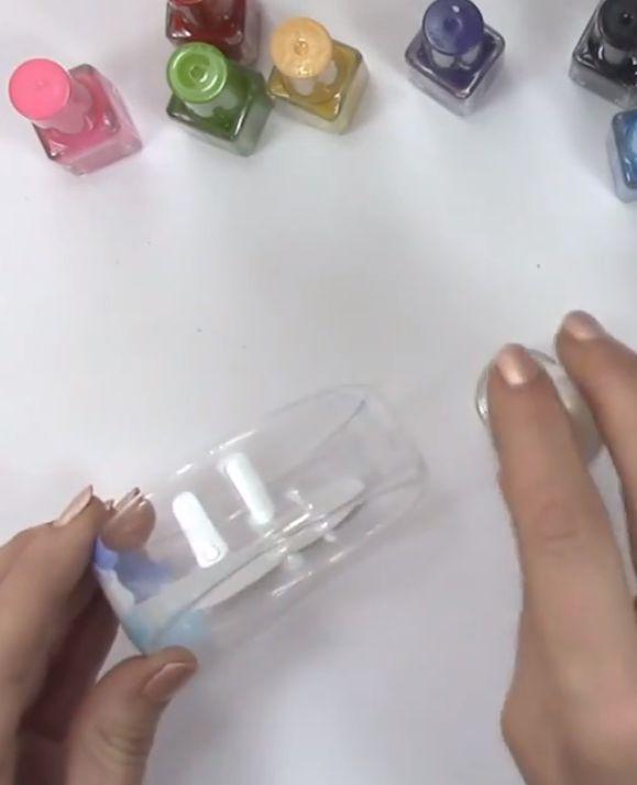 Een leuk Do It Yourself project, armbanden maken! Je hebt nodig: een plastic fles, een strijkijzer en nagellak kleurtjes.Succes!