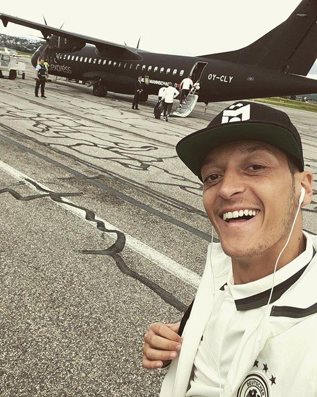 Pin for Later: Hier findet ihr die deutsche Fußballmannschaft auf Instagram Mesut Özil