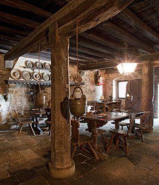 ... la cucina medievale, all'interno della casa romana dell'XI secolo. ... ma nel medioevo le cucine erano allestite con assi di legno su cavalletti e panche solo al momento del pasto, per venire subito dopo smontati ... e per fare spazio al giaciglio di servi ed animali. Lo spiedo all'interno del camino, poteva cuocere animali interi. È dotato di catena e contrappeso per facilitarne il movimento. - www.abano.it - Castello Cini - Monselice