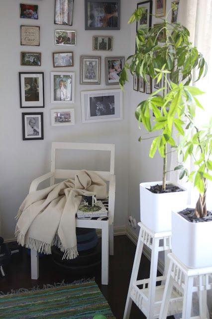 Oma koti. Makuuhuoneen nurkkaus ja seinäpintaa valtaava valokuvakollaasi