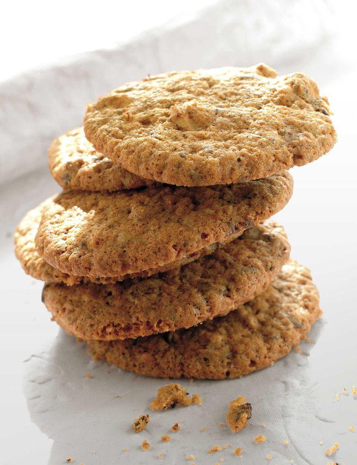 Oppskrift på kjempegode cookies med mørk sjokolade eller daimkuler. Kjempefine å pakke pent inn med rødt bånd og gi som ekstra julegave til noen d...