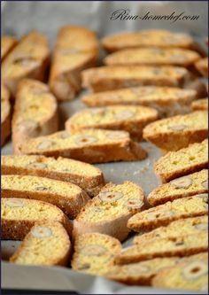 На 500 гр печенья: 250 гр муки 100 гр сахара 100 гр фундука 80 мл апельсинового сока 1 ст.л. тертой апельсиновой цедры 1 яйцо 1 ч.л. разрыхлителя 0,5 ч.л. соли растительное масло Слегка взбить яйцо с сахаром, добавить к нему апельсиновые сок и цедру. Муку смешать с солью и разрыхлителем и, предварительно просеяв через …