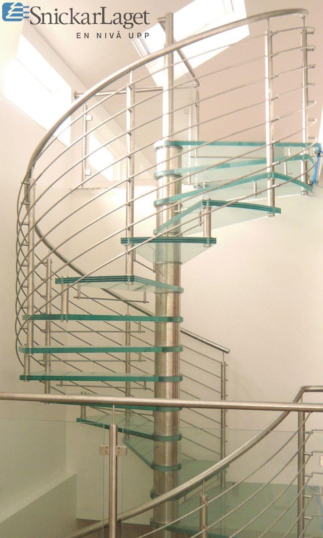 Trappa Galaxy glas med steg i mönstrat glas. Mittpelare och räcke av rostfritt stål.  #trappa #spiraltrappa #glas #rostfritt #snickarlaget #inspiration #design