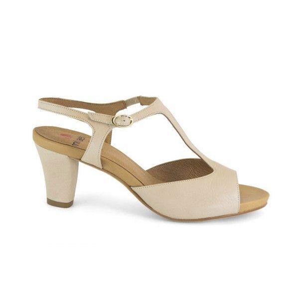 Marca: Mikaela  Colección: Primavera - verano 2013  Sandalia de piel de mujer de estilo casual y urbano. Zapato de puntera abierta con cierr...