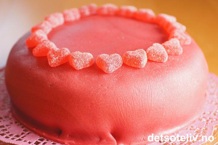 Rosa jordbærkake med jordbærmarsipan