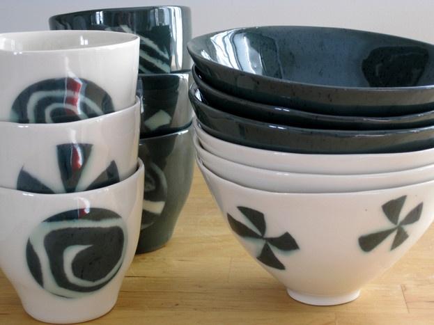 """""""Oras"""" (Shoot) mugs (approx. 2 dl) and """"Nietos"""" (Snow drift) bowls (approx 4 dl). /  Leveät """"Oras""""-mukit (noin 2 dl) ja """"Nietos""""-kulhot (noin 4 dl). Kivitavara, koristeltu nerikomi-kuviolla valuvaiheessa."""