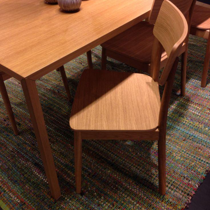 Vi gillar höstens nya stol vid namn Pippa. Stilren och snygg, här tillsammans med bordet Tratto. Stol 1.290kr. #habitatsverige #stol #ek #chair