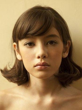 斜め前髪のAラインボブ。サイドは耳にかけてすっきりと♪ 個性的なナチュラルボブの髪型一覧。