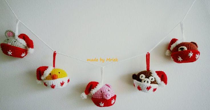 Al een paar jaar hangt hij elke Kerst in huis, deze mini dieren cupcake Kerstslinger. Hoe je de mini dieren en de slinger haakt staat in mi...