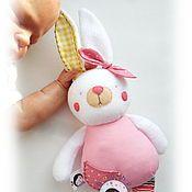 Купить или заказать Кролик-гремелка с грызунком. Игрушка для малыша в интернет-магазине на Ярмарке Мастеров. (с) Все права защищены! _______________________________ Кролик-гремелка с деревянным грызунком - яркая, безопасная, текстильная игрушка из велюра для малышей возрастной группы 0+. Яркие цвета непременно понравятся крохе, звук бубенца привлечет внимание и слух и отвлечет в случае внезапного ухудшения настроения, а березовый грызунок непременно оценят первые молочные зубки.
