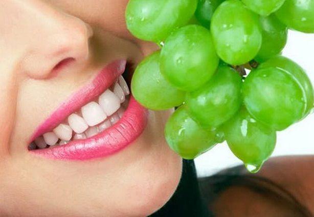 МАСКА ОТ РАСШИРЕННЫХ ПОР И ЧЕРНЫХ ТОЧЕК   Для сужения пор подойдет маска из винограда. Размельчите до кашицы 2 ст. ложки зеленого винограда, добавьте туда 2 ч. ложки белой глины и 1 яйцо. Оставьте на лице на 15 минут и смойте теплой водой.  #полезныесоветы #воропаева_елена #отчерныхточек #отрасширенныхпор #уходзалицом