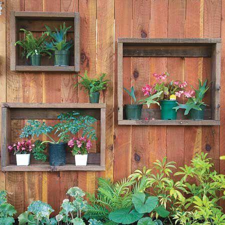 Jardim. Jardim Vertical. Nichos feitos de gavetas velhas e caixotes.