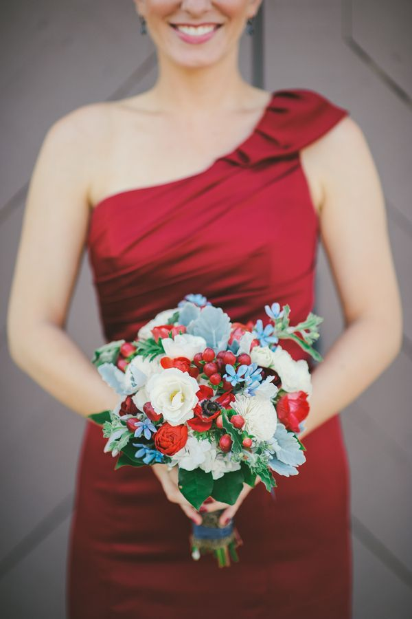 Bouquet de dama-de-honor de Natal. #casamento #damadehonor #bouquet #vermelho #verde #azevinho #Natal                                                                                                                                                                                 Mais