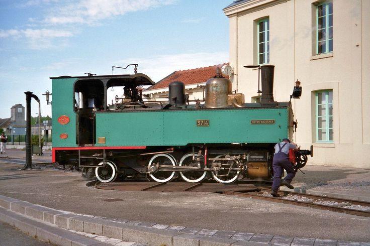Na estação de Noyelles-sur-Mer a locomotiva está sobre a placa giratória para mudar sua direção antes de se encaixarem os carros do trem de passageiros. Caminhos de Ferro da Baía de Somme, departamento de Somme, região administrativa da Picardia, França.  Fotografia: P. Poschadel.