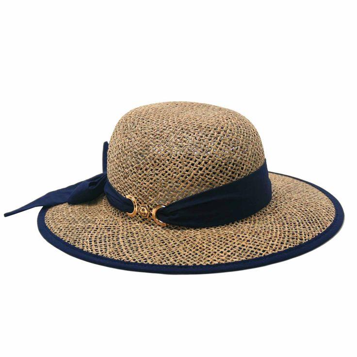 O Chapéu Amarilis é confeccionado com tecido fotoprotetor na aba e palha natural na copa, garantindo total proteção para o rosto. Fabricado pela Manly. Confira mais detalhes no link: http://www.mariachapeu.com.br/chapeu-manly-amarilis-fita-azul-marinho-protec-o-solar-uv.html