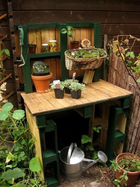 Vom Gartentor habe ich ja noch ewig viel grünen Lack übrig, sodass ich dem Tischchen ein bisschen Farbe gegönnt habe. Die Tischfläche würde mit Holzöl imprägniert.