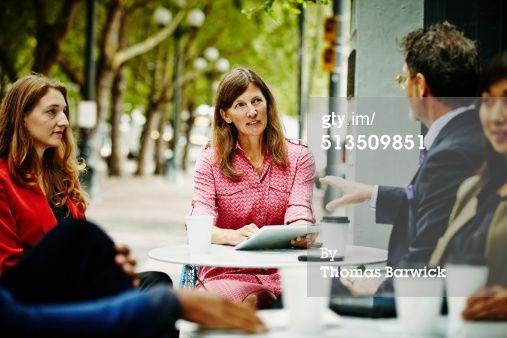 Zakenlui bij cafe (kleur, scherp): Businesspeople meeting at outdoor table of cafe