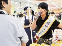「魚も泣く値下げや」百貨店に大阪出身値切り屋 : 社会 : 読売新聞(YOMIURI ONLINE)「も少し安くならんやろか」、「ほんまにメバルがそんな値段でいいの! 魚も泣く値下げやな」。午後5時過ぎの生鮮食品売り場。関西弁で軽妙に話すヒョウ柄のパンツ姿の女性が、買い物客の視線をくぎ付けにしていた。   女性は大阪出身の大道芸人・パフォーマーももさん(24)。メロンやステーキ肉など、高級食材の値下げを売り場の店員に迫り、値引きシールをどんどん貼っていく。   1パック1000円になった近江牛の細切れ肉が、あっという間に売り切れた。販売促進部マネジャーの篠塚記瑞さんは「普段の値下げより格段に早く高級食品が売れていく」と喜ぶ。