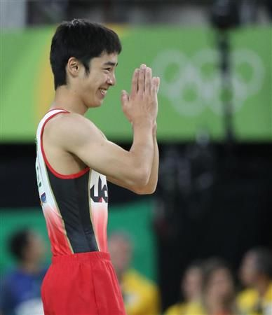 男子床運動の演技を終え、客席に向かい手を合わせる白井健三 #体操 #リオ五輪