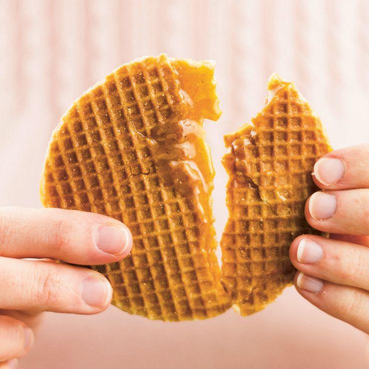 De stroopwafel is een van de meest gegeten koekjes van Nederland. Maar veel toeristen zijn er ook dol op en wordt hij en masse ingeslagen en als souvenir mee naar huis genomen. Maak ze zelf thuis en eet als ze nog een beetje warm zijn.    1 Los de gist...