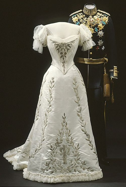 Evening dress of Queen Victoria of Sweden, 1906. I love the early 1900's attire! So beautiful